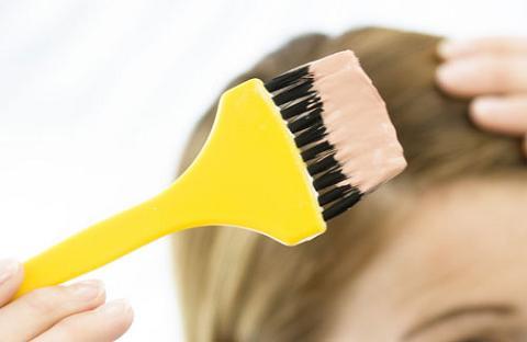 Cómo eliminar un tinte oscuro del cabello