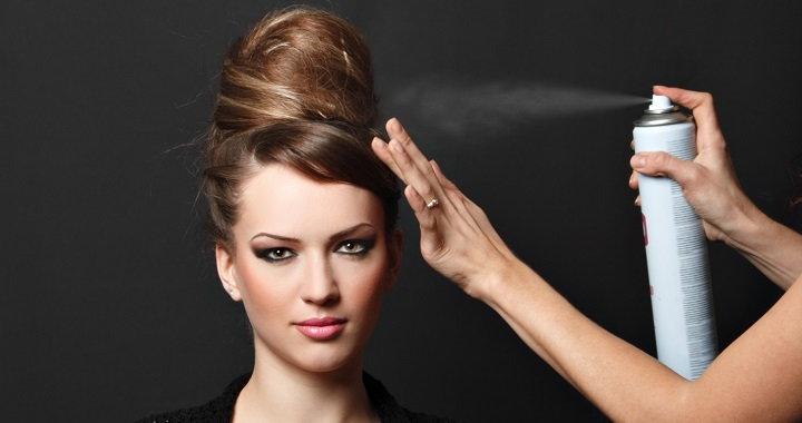 usar laca del pelo