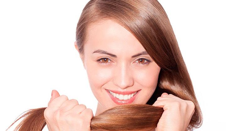 mujer sujetando el pelo