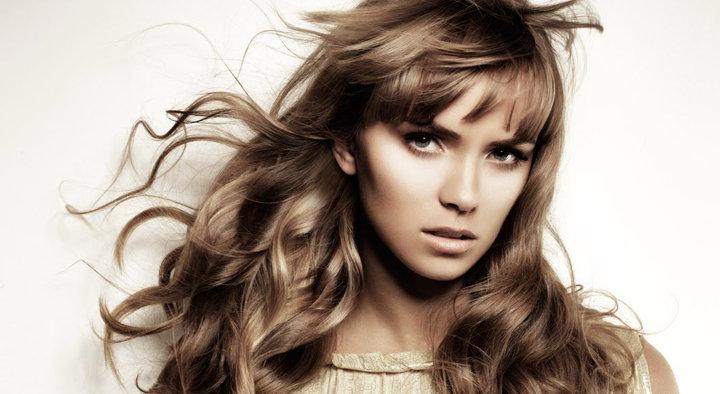 mujer con pelo perfecto
