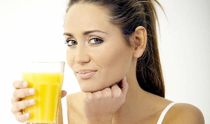 mujer tomando un zumo