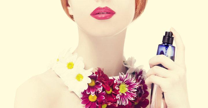 mujer perfumandose