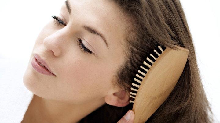 mujer cepillandose el pelo