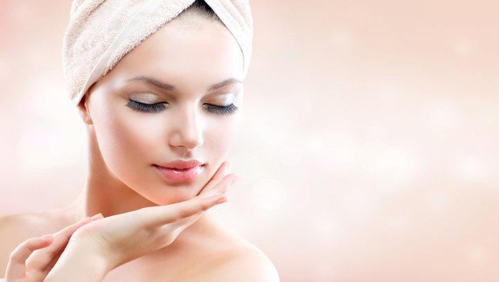 mujer cuidando la piel