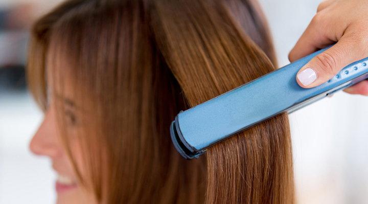 uso plancha para el pelo