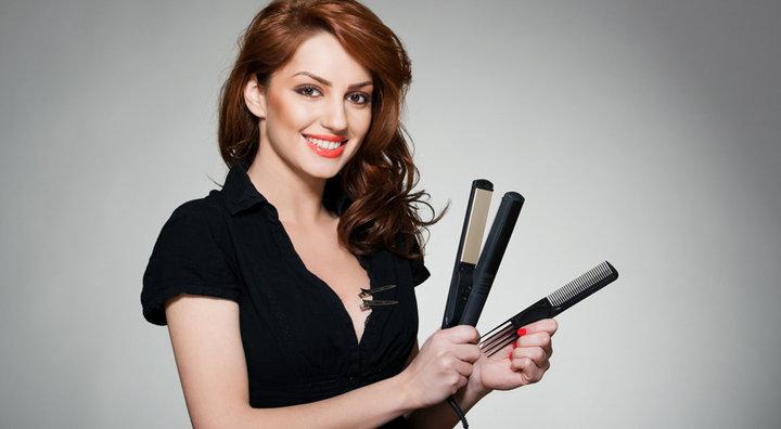 mujer con planchas del pelo