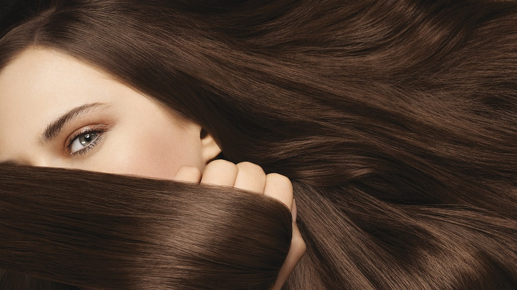 mujer con el pelo voluminoso