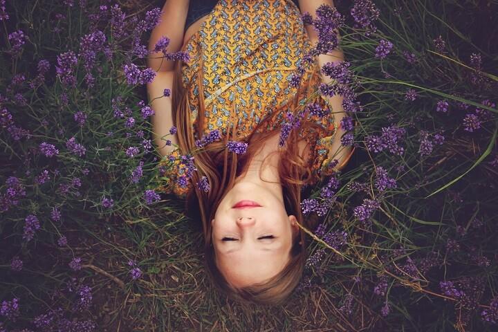 mujer-tumbada-entre-flores